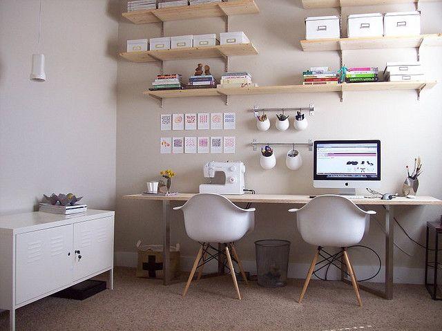 Inspiração para Home Office. Cores neutras e estilo clássico completam o…