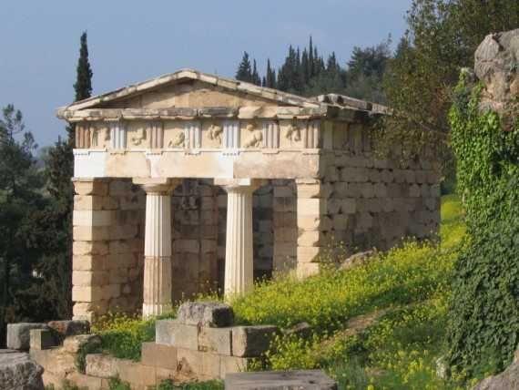 Esempio di tempio in antis: tempio di Apollo a Delfi; V secolo a.C.