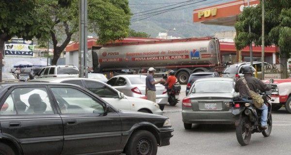 ¡IRONÍAS DE LA VIDA! Gasolina más barata del mundo le sale bien cara a los venezolanos