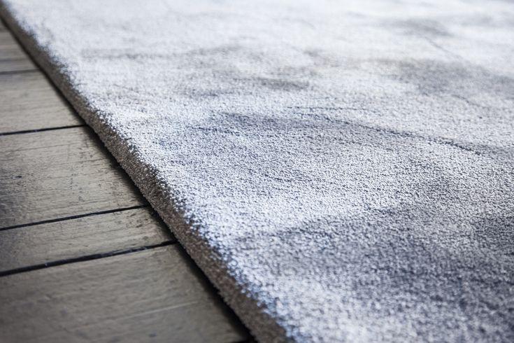 Besouw tapijt 2605 hebben wij gemaakt tot een vloerkleed op maat.  Besouw vloerkleed is hier afgewerkt zonder rand/band, dus als een volume karpet met ondertapijt aan de onderzijde.