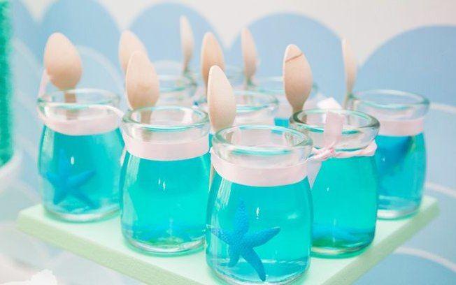 Gelatina é fácil de fazer e fica uma graça em potinhos de vidro, com detalhes decorativos diferentes. Foto: Pinterest/Paula Barber