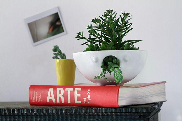La familia esta compuesta por 3 macetas de ceramica esmaltada. Sus integrantes son: La cantante mini (foto: amarilla) mide 10 cm x 9 cm. La cantante grande (foto: blanca) mide 17,5 cm x 7,5 cm. La cantante soprano (foto: turquesa) mide 17 cm x 17,5 cm. La caracteristica de estas macetas son su interaccion con la planta, simbolizando la musica.Colores disponibles: turquesa, amarillo, verde manzana, blanco, violeta oscuro.No incluye planta. Las medidas son aproximadas. NO incluye envio