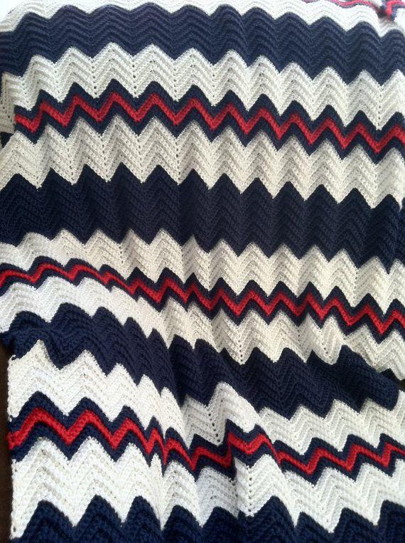 crochet ondulación afgano en azul marino Por blanco KozyAfghansbyPhyllis