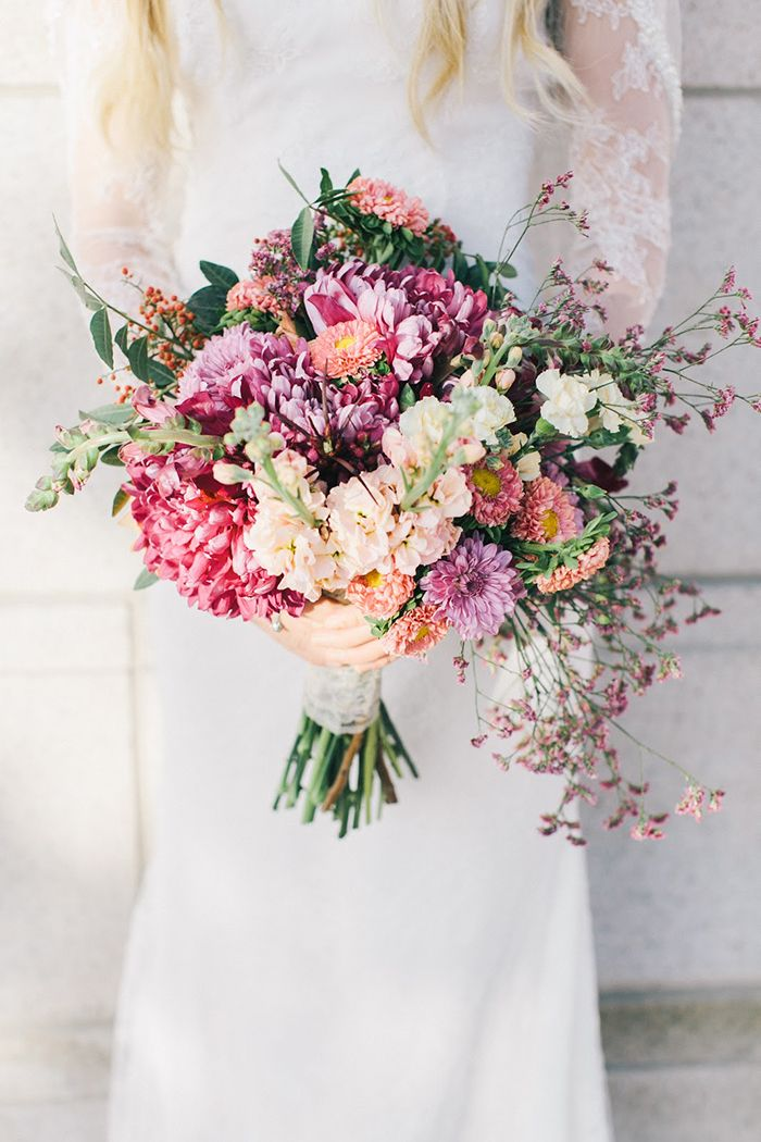 Brautstrauß für eine Herbsthochzeit | Friedatheres.com Brautstrauß in Lila. Foto und Strauß von The Barefoot Blonde