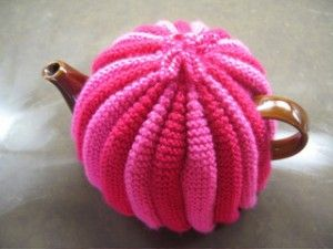 ❥Knit Tea Cosies, Mug Hug Snugs and Cuppa Cosies.    Free pattern: pink tea cosy