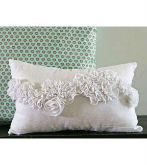 Confira aqui como decorar capa de almofada com flor plissada
