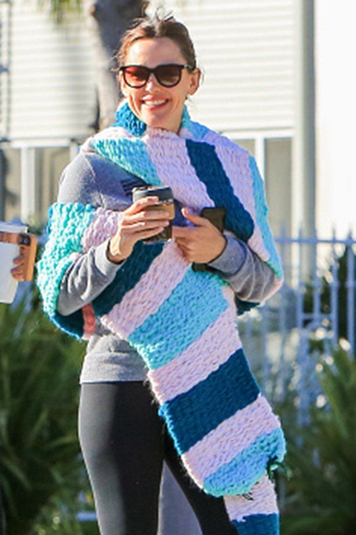 """Jennifer Garner's 9-Year-Old Knitted Her a Huge 12-Foot Scarf, and You Better Believe She """"Werked"""" It"""