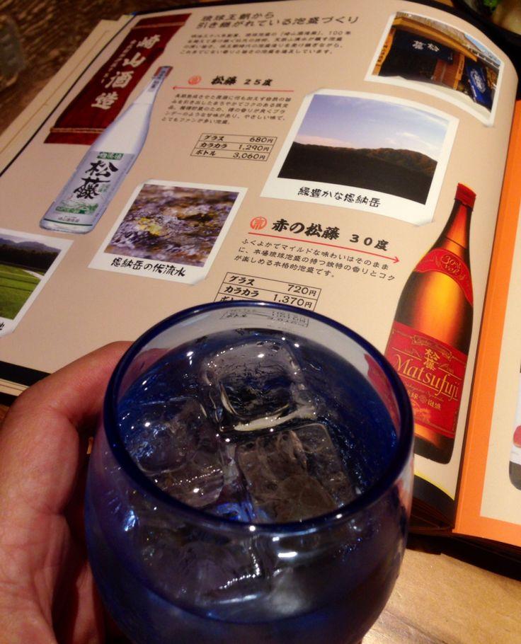 恩納岳の伏流水が醸す泡盛。崎山酒造さんの 赤の松藤 30度。マイルドだ。