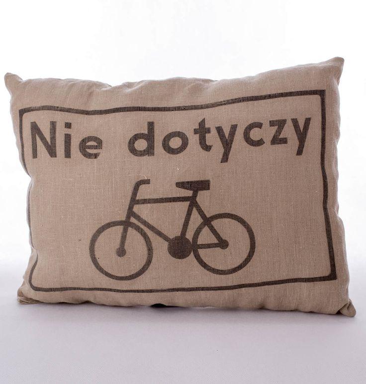 """Lniana poduszka rowerzysty """" Nie dotyczy"""" – kolor brązowy. Wymiary: ok 38x50cm. Ręcznie wykonane. Materiał: 100% len."""