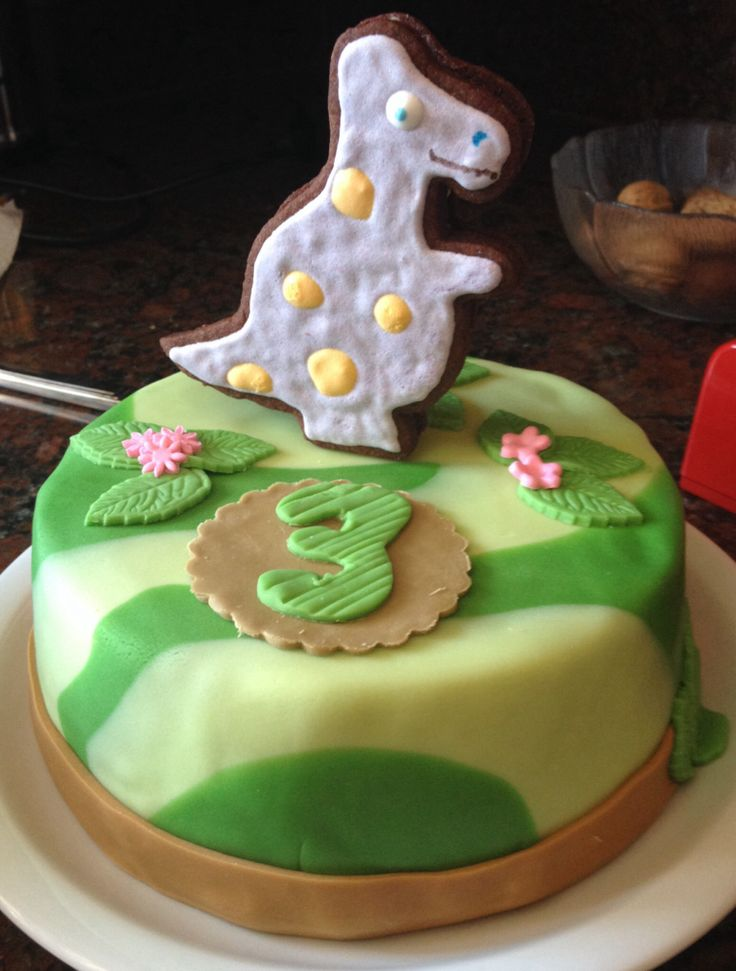 Gâteau dinosaure avec biscuit au chocolat dinosaure pour décorer
