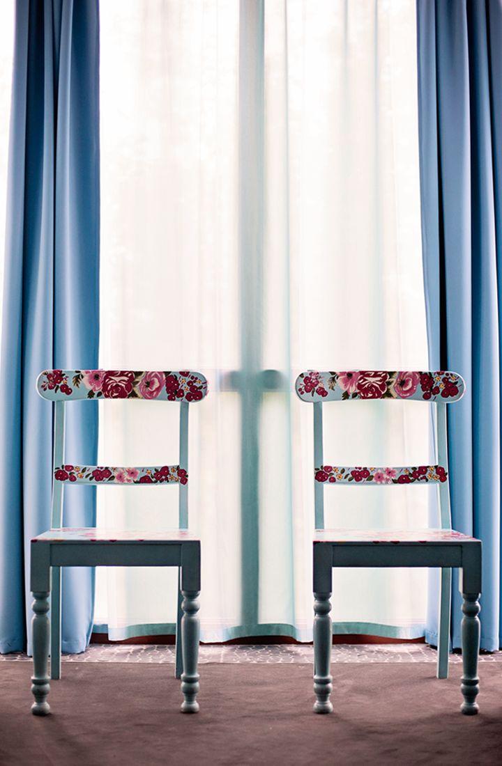 O detalhe no encosto dessas cadeiras... pode ser feito com colagem de tecido.