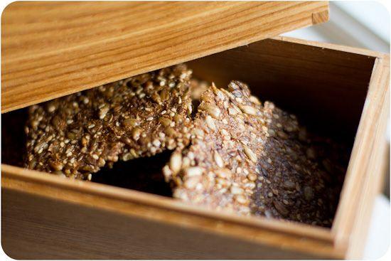 Nannahs knäckebröd är ett uppskattat LC knäckebröd som Nannah har kommit på. RonnieM tipsade om knäckebrödet, tack! OBS! Jag tycker personligare att detta blir bättre! 32 bitar 1,2 kolhydrater per styck. 200 g solrosfrö 50 g hela linfrön 50 g sesamfrön 50 g kruskakli 2 msk fiberhusk lite salt 5 dl vatten Rör samman alla […]