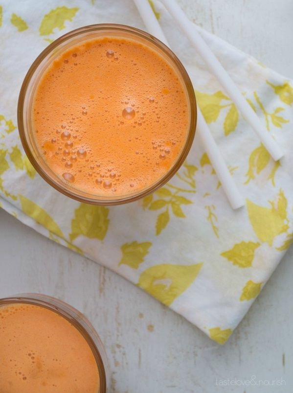 Naranja. Genial combinación de antioxidantes y betacaroteno de las zanahorias, que se transforma en vitamina A en nuestro cuerpo y ayuda a mantener una piel saludable. La vitamina C la aporta la naranja, que estimula la producción de colágeno en la piel, así que todo junto hará que vuestra piel literalmente brille y esté resplandeciente  Licuar dos zanahorias largas, una manzana Granny Smith troceada y una naranja navelina pelada y troceada. Refrigerar enseguida.