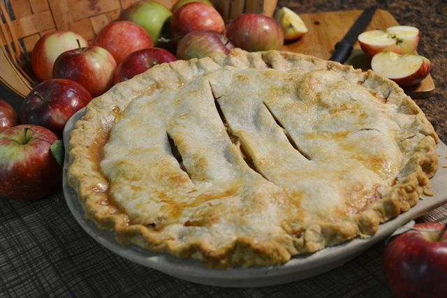 Now is the perfect time of year to make a sweet, savory fresh-baked apple pie. And it's the perfect time to make apple pie and freeze it for winter! In this post, you will learn how to make homemade apple pie, but also how to freeze apple pie and how to prepare it after it's been frozen. This way yo