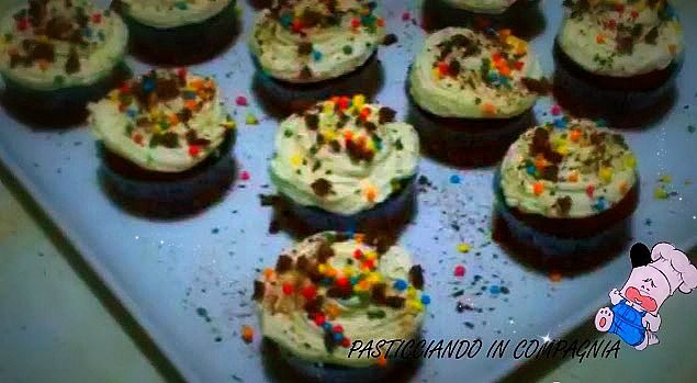 """Ricetta acquolina : """"Cupcakes al cacao con crema al rum"""" Siete alla ricerca di una ricetta per addolcire qualsiasi momento della vostra giornata? Ok!!! Allora mettiamoci all'opera e prepariamo insieme dei deliziosi cupcakes!"""