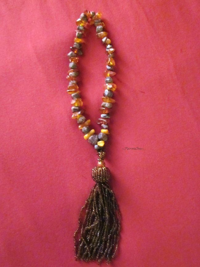 A wrist mala made with 27 rough almandine garnets and 27 ambers and a glorius tassel. This is the I am Healthy / I am Passionate mala. Almandine garnet give good fortune, balance and deep happiness.Amber is a powerful healer and cleanser of the body, mind and spirit. It also cleanses the environment. Amber draws disease from the body, healing and renewing the nervous system and balancing the right and left parts of the brain. It absorbs pain and negative energy, helping to alleviate stress.