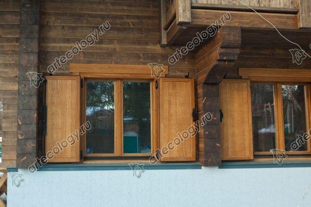 Окна закрываются массивными ставнями, когда хозяева уезжают