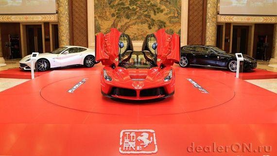 Дилер Феррари (Ferrari). Ferrari LaFerrari (Феррари ЛаФеррари) перед салоном дилера Феррари, Феррари 458 Италия и Феррари FF