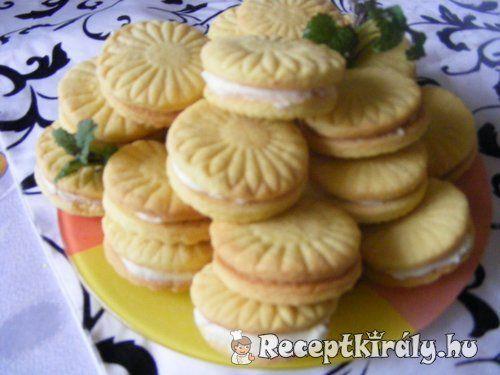Citromos töltött kekszHozzávalók: ebből a mennyiségből 35-40 darab lesz40 deka liszt20 deka margarin fél cs. sütőpor 10 deka porcukor 1 bio citrom leve és reszelt héjaKrém hozzávalói:15 deka vaj 10 deka porcukor