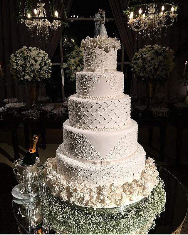 Sugestão de bolo de casamento! Lindoooo né ? . #universodasnoivas #noiva #weddings #wedding #weddingday #weddingdress #casamento #casamentos #vestido #vestidos #vestidodenoiva #madrinha #evento #bolo #cake @douglas_campos