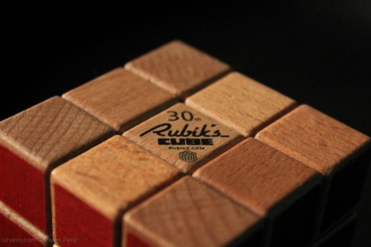 """O cubo de Rubik, também conhecido como cubo mágico, é um quebra-cabeça tridimensional, inventado pelo húngaro Ern? Rubik em 1974.[1] Originalmente foi chamado o """"cubo Mágico"""" pelo seu inventor, mas o nome foi alterado pela Ideal Toys para """"cubo de Rubik"""".[1] Nesse mesmo ano, ganhou o prémio alemão do """"Jogo do Ano"""" (Spiel des Jahres). Ern? Rubik demorou um mês para resolver o cubo pela primeira vez. O cubo de Rubik tornou-se um ícone da década de 1980,[2] década em que foi mais difundido…"""