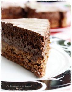 trianon Biscuit du fond 60 g de poudre d'amande 120 g de sucre en poudre 15 g de farine à gâteau 2 blanc d'oeuf 1 CàC de cacao amer non sucré Couche du milieu 200 g de pralinoise (ça ressemble à ca au rayon chocolat à côté des chocolats pâtissiers) 85 g de crêpe dentelle (ou gavottes) 45 g de pralin mousse au chocolat 200 grammes de Chocolat pâtissier (soit une tablette) 4 oeufs 10 cuillères à café de crème liquide 1 pincée de sel… et c'est tout!