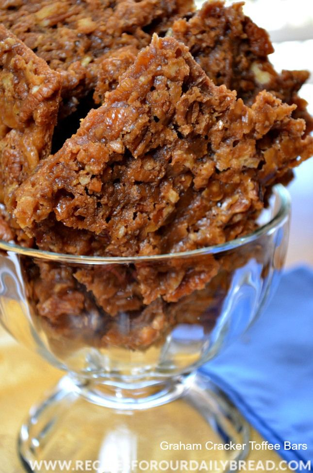 Graham Cracker Toffee Bars Recipe - I saw these Graham Cracker Toffee Bars on the TODAY show and just had to try them. #candy #Christmas #Toffee bars