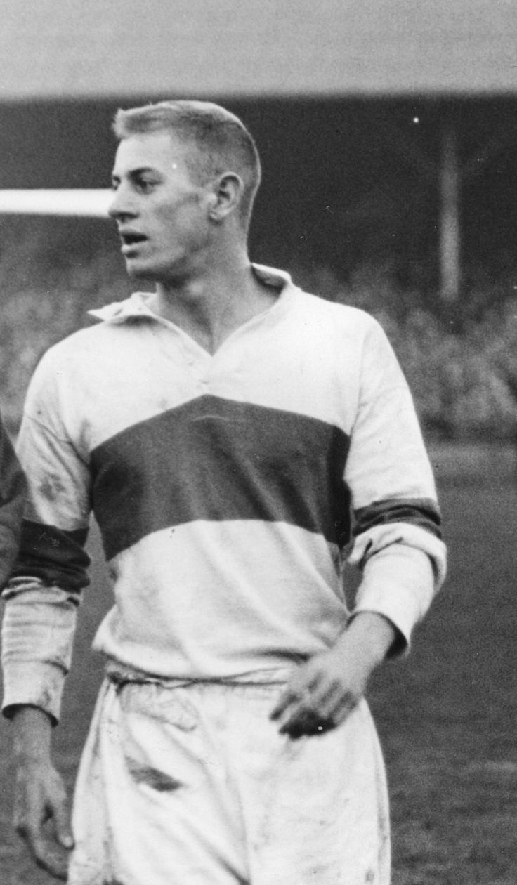 The greatTom Van Vollenhoven leaving the field after his debut in October 1957