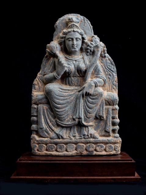 豊穣の女神 Lakshmi Gray schist, A.D.2-3C, H.50cm  左手に豊穣の角コルヌ・コピアを持っています。