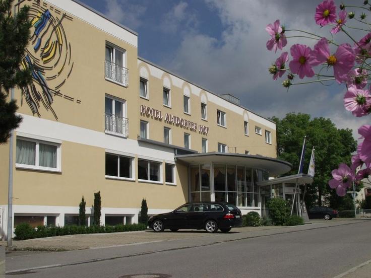 Herrliche Natur, entspannter Lebensstil: die Harmonie der Umgebung spiegelt sich im Hotel Altdorfer Hof in Weingarten wieder. Ein herzliches Willkommen in unserem Urlaubs- und Kongresshotel, einem wahren Kleinod in der - an Sehenswürdigkeiten reichen - Urlaubsregion Oberschwaben im Dreiländereck rund um Ravensburg und den Bodensee, ganz in der Nähe von Friedrichshafen!  Das Hotel liegt mitten in der Urlaubsregion, und zwar etwa 24 km vom Bodensee und von Friedrichshafen entfernt.