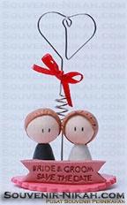 saouvenir pernikahan berupa stand note berbahan clay. salah satu souvenir pernikahan unik yg dapt menjadi pilihan calon penganti. Pemesanan dp mengunjungi www.souvenir-pernikahan.com atau hub 085645350379