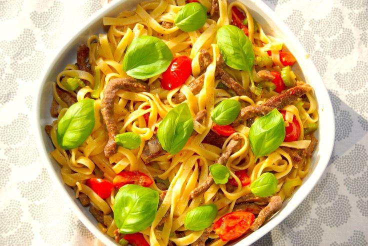 En god opskrift på pasta med oksestrimler, der først steges ved lav varme i ovnen, og vendes med pasta, chili og andet godt. Til pasta med oksestrimler til fire personer skal du bruge: 400 gram oks…