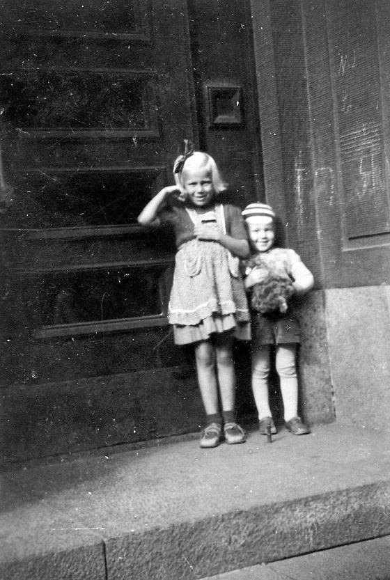 """""""Asuimme lapsuudessani osoitteessa Mechelininkatu 24. Siihen ympäristöön liittyy paljon muistoja. Kuvassa olen veljeni Jukka Virtasalmen kanssa rappusyvennyksessä"""", esittelee Riitta Virtasalmi."""