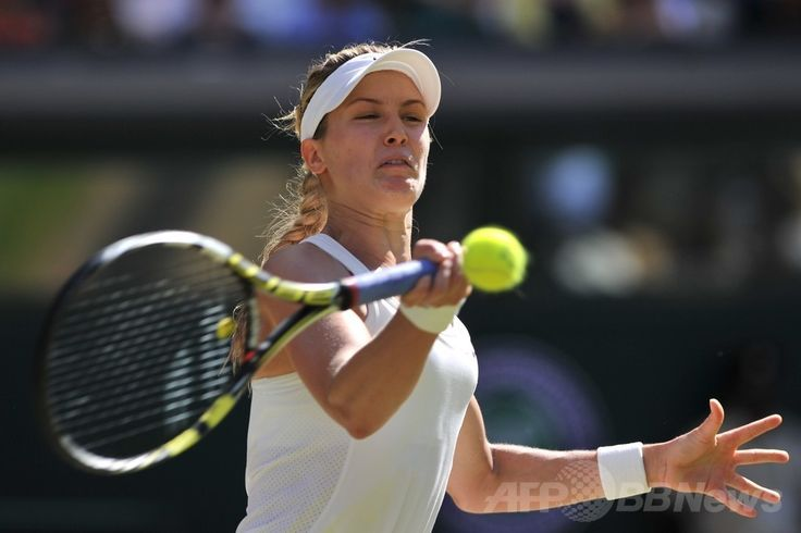 テニス、ウィンブルドン選手権(The Championships Wimbledon 2014)女子シングルス準決勝。リターンを打つユージェニー・ブシャール(Eugenie Bouchard、2014年7月3日撮影)。(c)AFP/GLYN KIRK ▼4Jul2014AFP|ブシャールがカナダの期待背負い決勝へ、ウィンブルドン選手権 http://www.afpbb.com/articles/-/3019588 #The_Championships_Wimbledon_2014 #Eugenie_Bouchard