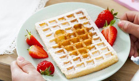 Wafels met aardbeien en poedersuiker|Culinair| Telegraaf.nl