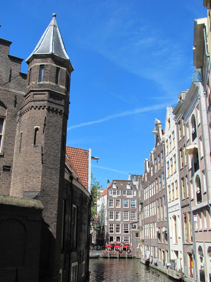 Oudezijds Achterburgwal, Amsterdam, as seen from the Spooksteeg. #amsterdam #historic #sites