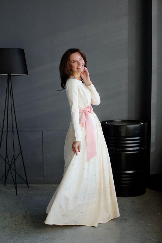 Легкое платье цвета айвори с розовым поясом. Почему-то позиционируется как для венчания, но я бы и по городу в таком походила. Шарики на юбке - просто прелесть!