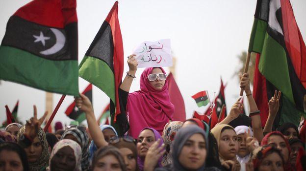 Libya women with new Libyan flag