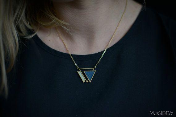 collier géométrique plaqué OR triangle orné de cuir par YUMIDEM