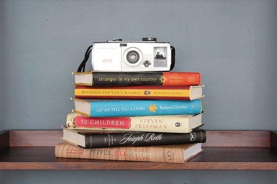 Quanti modi conoscete per sistemare i libri? Oltre ai classici due (orizzontale e verticale) ce ne sono (almeno) altri 7. Scoprili... - Le immagini