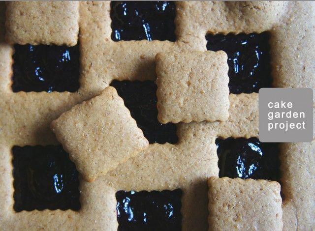 Una crostata realizzata con una frolla di farina di farro e olio d'oliva con zucchero Vergeoise scuro e marmellata di ribes rossi