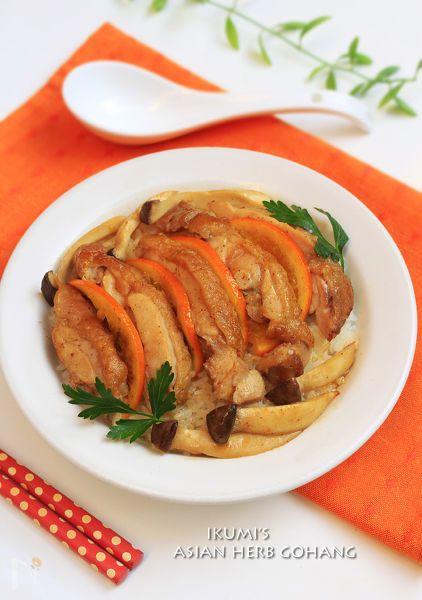 カリッと焼いた鶏もも肉をオレンジ果汁、白だしとお醤油、はちみつ、マスタードで和風に調味します。最後に薫り高いごま油を垂らすと、白いご飯にぴったりの味に劇的に変化します。しっかり味の鶏はもちろん、オレンジも美味しくいただけます。万人向きの味わい深い鶏オレンジ丼です。