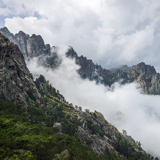 @carnetstraverse sur Instagram: Les Aiguilles de Bavella, 7 pics acerés, déchiquetés, couronnés de grandes forêts de pins tordus… Corsica France