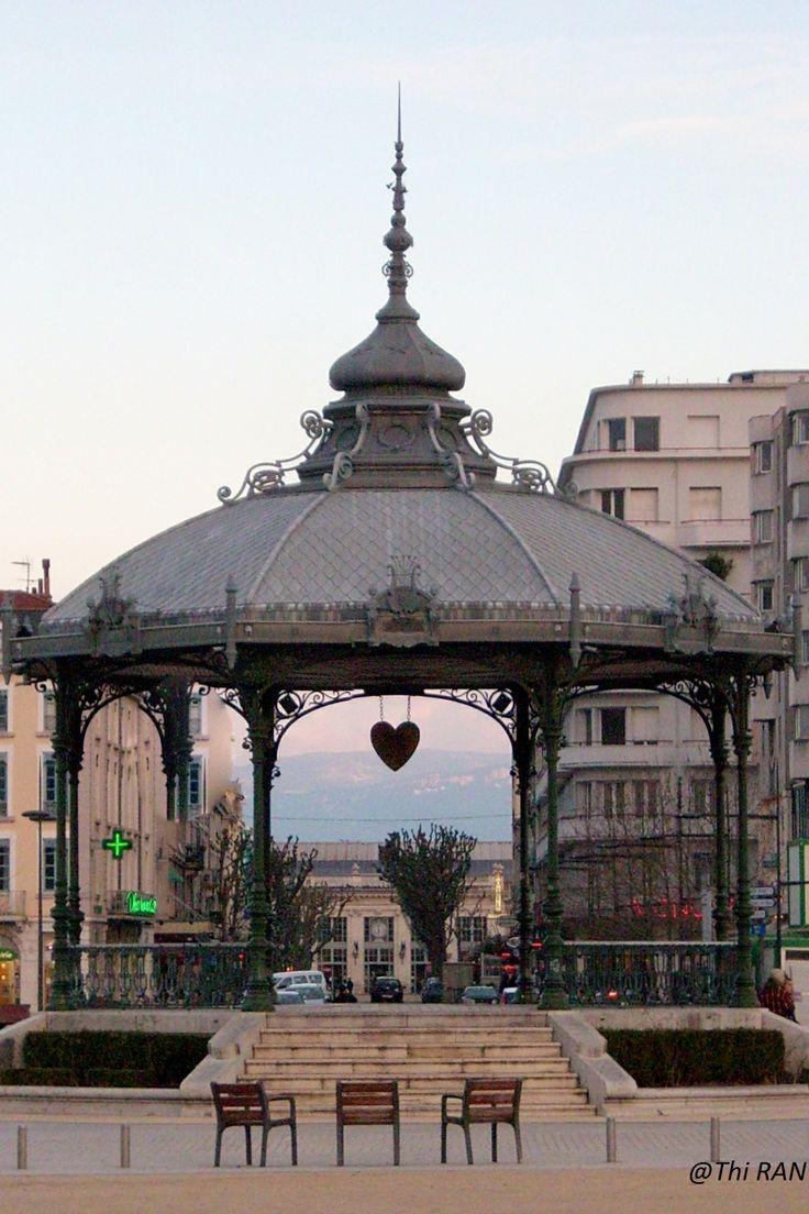 Kiosque de Peynet avec vue sur la gare de Valence ville et sur le Vercors - Drôme France