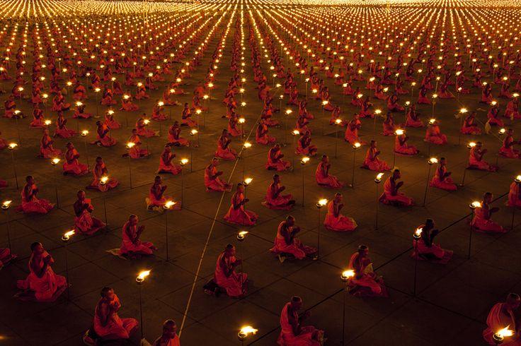 Thailandia, migliaia di moncai prendono i voti in un tempio