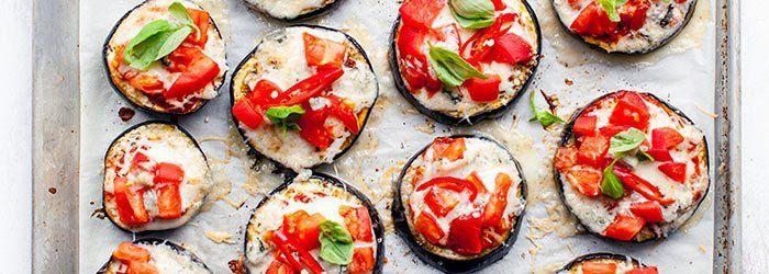 Zapiekane plastry bakłażana z sosem pomidorowym, serem i pomidorami   Blog   Kwestia Smaku