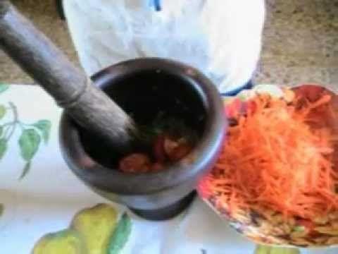 Som Tam insalata thai con carote e fagiolini