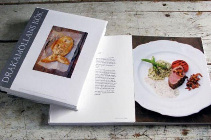 """I kogebogen """"Drakamøllans Kök"""", har Ingalill Thorsell – ejer af Drakanmøllan Gårdshotell – sammen med sin tidligere gourmetkok Eve Maltais samlet lidt af den madglæde, som er inspireret af naturen og Drakamøllens gamle gård med det store udbud af gode lokale kvalitets råvarer. #mad #gourmet #Skåne #Sverige"""