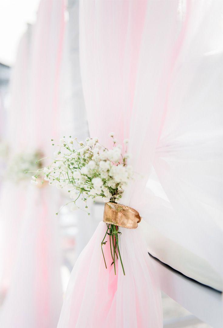 Pastel Spring Wedding | Decoratie aan de stoelen langs het gangpad