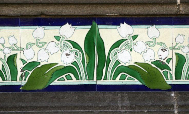 Carrelage de style art nouveau sur la maison située cours Washington à Agen (Lot-et-Garonne), motif de muguet, photo by Daniel Clauzier